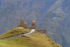 Georgia Stepantzminda gammala kyrkliga berg Arkivbilder