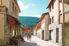 Georgia Svaneti, Mestia, September 18, 2018: Hemtrevlig Mestia gata royaltyfri bild