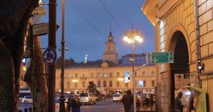 Georgia tbilisi Памятник свободы показывая дракона убийства St. George и городской ратуши Тбилиси в квадрате свободы в городе сток-видео