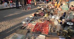 Georgia tbilisi Блошиный рынок магазина вещей антиквариатов старых ретро винтажных на сухом мосте Встреча обмена в Тбилиси сток-видео