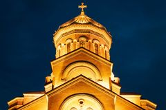 Georgia, Tbilisi - 05 02 2019 - Catedral del othodox de Sameba de la trinidad santa Vista nocturna - primer imagen de archivo