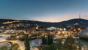 Georgia tbilisi Современный городской городской пейзаж ночи Выравнивать взгляд ночи сценарный центра города в освещении ночи Пром видеоматериал