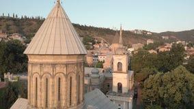 GEORGIA, TBILISI - 2 DE JUNIO DE 2018: V?deo a?reo Viejo centro de Tbilisi desde arriba Opini?n del abej?n sobre la parte hist?ri almacen de video