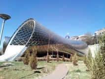 Georgia Tbilisi Europa parkerar och fredbron Royaltyfria Bilder