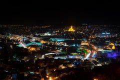 Georgia Tbilisi - 05 02 2019 - Flyg- sikt för nattpanorama över georgiska huvudhuvudsakliga gränsmärken - nattbild royaltyfri bild