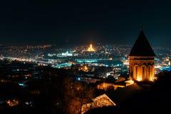 Georgia Tbilisi - 05 02 2019 - Flyg- sikt för nattpanorama över georgiska huvudhuvudsakliga gränsmärken - nattbild royaltyfri foto