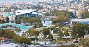 georgia tbilisi Flyg- sikt för sommar, Cityscape Berömd ny modern gränsmärkerättvisa House, bro av fred, konsert stock video