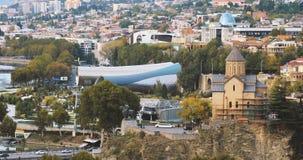 georgia tbilisi Flyg- sikt för sommar, Cityscape Berömd ny modern gränsmärkerättvisa House, bro av fred, konsert arkivfilmer