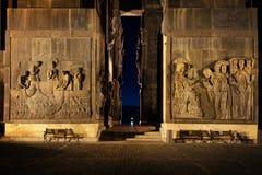 Georgia Tbilisi - 05 02 2019 - Lättnadscarvings på väggarna av massiva monumentala strukturkrönikor av Georgia - nattbild royaltyfri bild