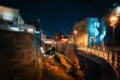 Georgia, Tbilisi - 05 02 2019 - Noche en la ciudad vieja Abanotubani, distrito de Tbilisi de los baños del azufre imagen de archivo