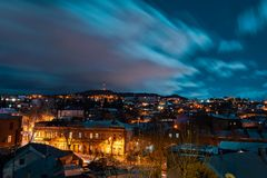 Georgia, Tbilisi - 05 02 2019 - Opinión del paisaje urbano de la noche Nubes gruesas que se mueven sobre la imagen del cielo imagen de archivo