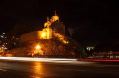 georgia Tbilisi - September 23 2017 Nattsikt av den gamla staden av royaltyfria foton