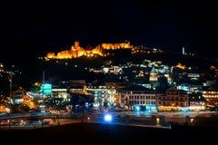 Georgia Tbilisi - 05 02 2019 - Sikt över gammal stadarkitektur för Narikala fästning och Tbilisi exponerad i nattetiden arkivfoton
