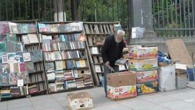 GEORGIA - TIFLIS, am 27. Mai 2017 - die Verkaufsbücher des alten Mannes auf der Straße, Kleinbetriebverkäufer, Tiflis, Georgia stock video