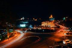Georgia, Tiflis - 05 02 2019 - Nachtansicht über Europa-Quadrat und Sameba-Kirche der Heiligen Dreifaltigkeit im Hintergrund lizenzfreies stockbild