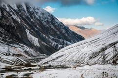georgian militär väg Slingrig väg bland bergen georgia arkivbild
