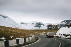 georgian militär väg Slingrig väg bland bergen georgia arkivfoto