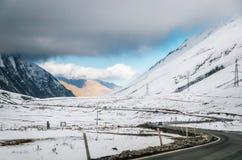 georgian militär väg Slingrig väg bland bergen georgia arkivbilder