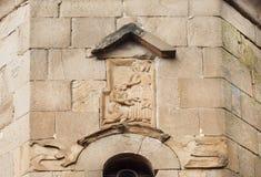 Georgierbokstäver och lättnad med helgon`-liv av fasaden den Jvari kloster, 6th århundrade i Mtskheta, Georgia Royaltyfri Fotografi