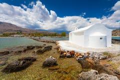 Georgioupolis, νησί Κρήτη, Ελλάδα - 26 Ιουνίου 2016: Η εκκλησία Άγιου Βασίλη με το καταπληκτικό άσπρο παρεκκλησι βρίσκεται στη θά Στοκ φωτογραφία με δικαίωμα ελεύθερης χρήσης