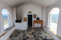 Georgioupolis, isla Creta, Grecia - 26 de junio de 2016: Interior del pequeño santo Nicholas Church que está situado en el mar en Fotografía de archivo libre de regalías