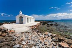Georgioupolis, wyspa Crete Grecja, Czerwiec, - 26, 2016: Świętego Nicholas kościół z zadziwiającą białą kaplicą lokalizuje w morz Zdjęcia Stock