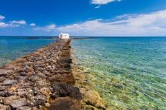 Georgioupolis, wyspa Crete Grecja, Czerwiec, - 26, 2016: Świętego Nicholas kościół z zadziwiającą białą kaplicą lokalizuje w morz Zdjęcie Royalty Free