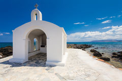 Georgioupolis, wyspa Crete Grecja, Czerwiec, - 26, 2016: Świętego Nicholas kościół z zadziwiającą białą kaplicą lokalizuje w morz Zdjęcie Stock