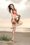 Georgisch meisje op het strand met een strohoed Royalty-vrije Stock Afbeelding