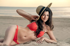 Georgisch meisje op het strand met een strohoed Royalty-vrije Stock Fotografie