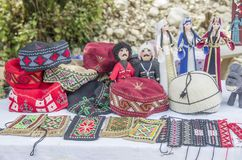 Georgische Andenken - Hüte, Geldbeutel und Puppen in den nationalen Kostümen stockfotos