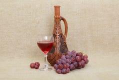 Georgische Flasche, Glas und Trauben des Lehms Lizenzfreies Stockbild