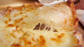 Georgische khachapuri met kaas stock videobeelden