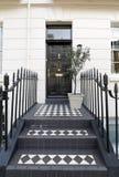 Georgische Tür, die mit Ziegeln gedeckte Schritte kennzeichnet Stockbild