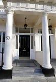 Georgische Tür, die mit Ziegeln gedeckte Schritte kennzeichnet Lizenzfreie Stockfotografie