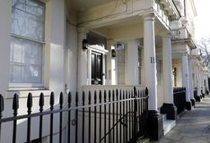 Georgische Tür, die mit Ziegeln gedeckte Schritte kennzeichnet Stockfoto