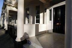 Georgische Tür, die mit Ziegeln gedeckte Schritte kennzeichnet Lizenzfreies Stockfoto