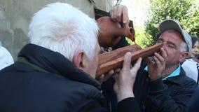 Georgische traditie - de mensen drinken wijn stock video