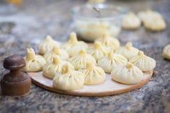 Georgische traditionelle Mehlklöße Khinkali mit Fleisch auf dem Tisch lizenzfreie stockfotografie