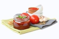 Georgisk sås med tomater och muttrar arkivfoton