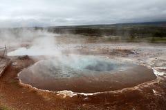 Geotermiczna gorąca woda przy geysir okręgiem w Iceland Obrazy Stock