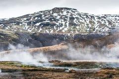 Geotermiczna rzeka przy górą Zdjęcia Royalty Free