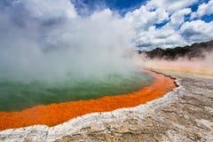 Geotermiczny jezioro Nazwany Szampan Gromadzący przy Wai-O-Tapu Geotermicznym terenem blisko Rotorua obraz royalty free