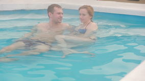 Geotermisk brunnsort för varm vår Förälskat koppla av för romantiska par i varm pöl arkivfilmer