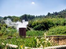 Geotermisk rök leda i rör dunster i Sasso Pisano, Tuscany royaltyfri bild