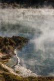 Geotermisk sjö i Waimangu den vulkaniska dalen Arkivfoton