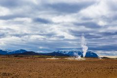 Geotermisk växt för vårvarmvattenenergi nära Myvatn Arkivbild