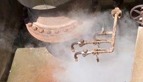 Geotermiska ventiler för tryck för ånga för varmvattenbrunn Royaltyfri Bild