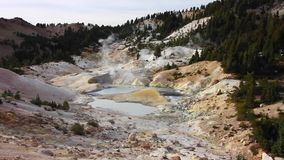 Geotermiskt fält för Bumpass helvete arkivfilmer