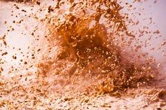 Geotermiskt utbrott av röd gyttja som en abstrakt bakgrund, skott I Royaltyfria Bilder